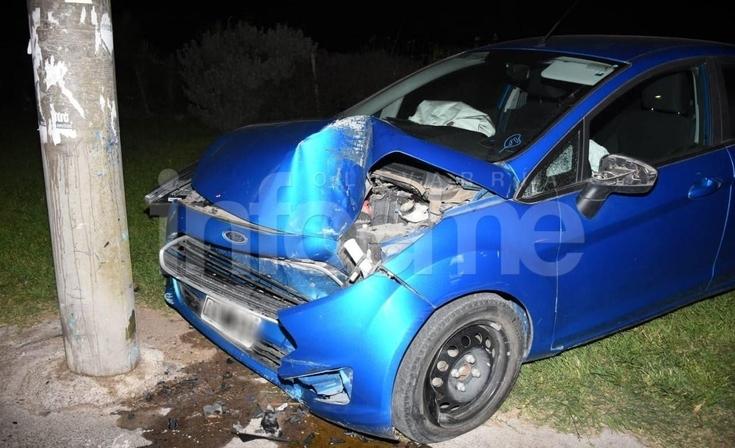 Perdió el control de su auto y chocó contra una columna