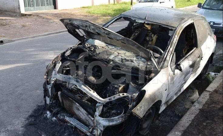 Pérdidas totales en dos automóviles incendiados durante la madrugada