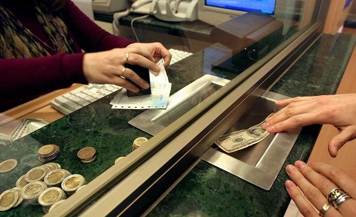 El dólar cerró cerca de los $63 y el blue cayó $1