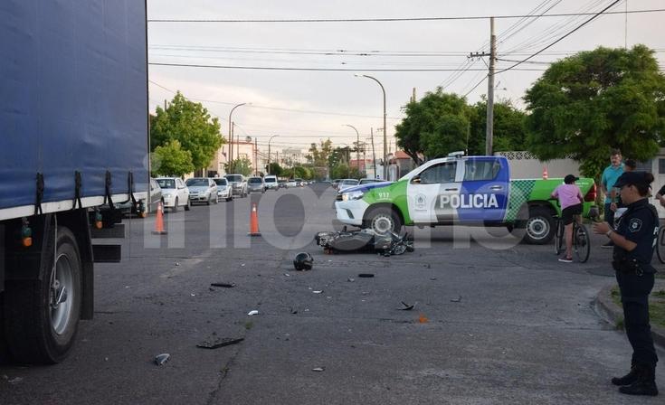 Una motociclista herida tras chocar contra un camión