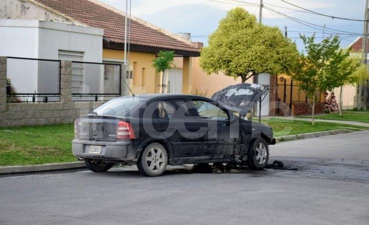 Importantes pérdidas en un automóvil tras un incendio