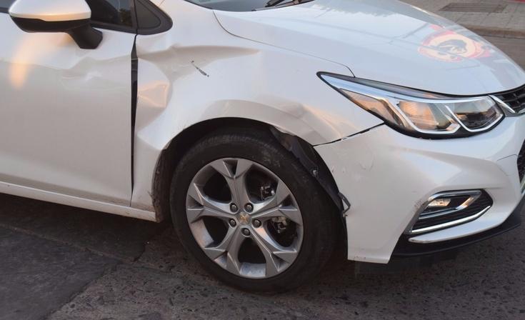 Una mujer herida en un choque entre auto y moto