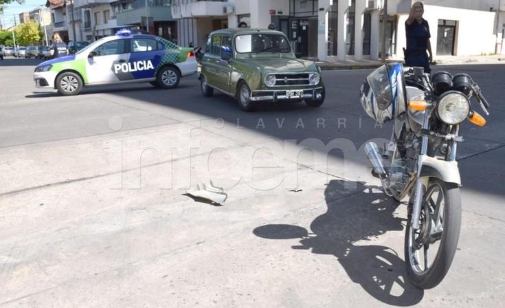 Mujer herida en un accidente entre auto y moto
