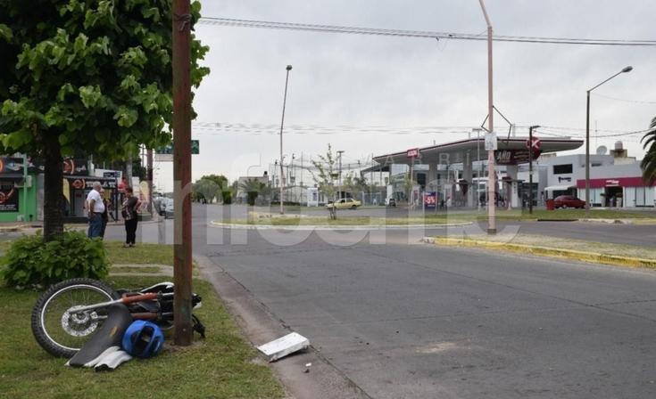 Motociclista chocó contra una columna y fue trasladado al Hospital