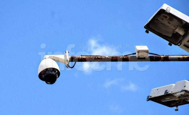 A piedrazos rompieron otra cámara de seguridad, ahora en Villa Magdalena
