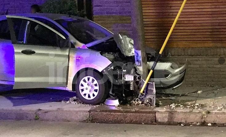Automovilista impactó violentamente contra una columna de alumbrado