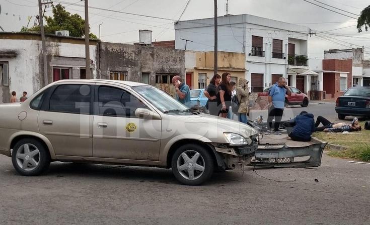 Fuerte accidente entre un remis y una moto: dos heridos