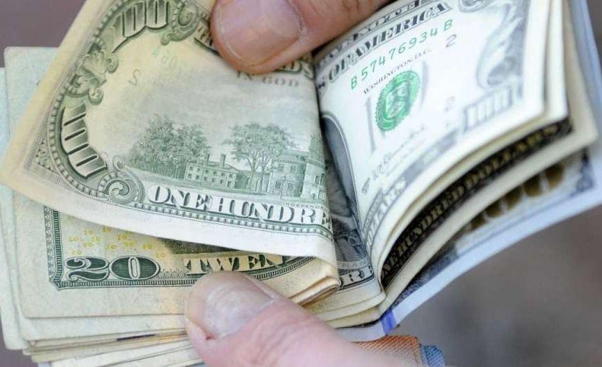 Peso gana frente al dólar en primera sesión del 2020